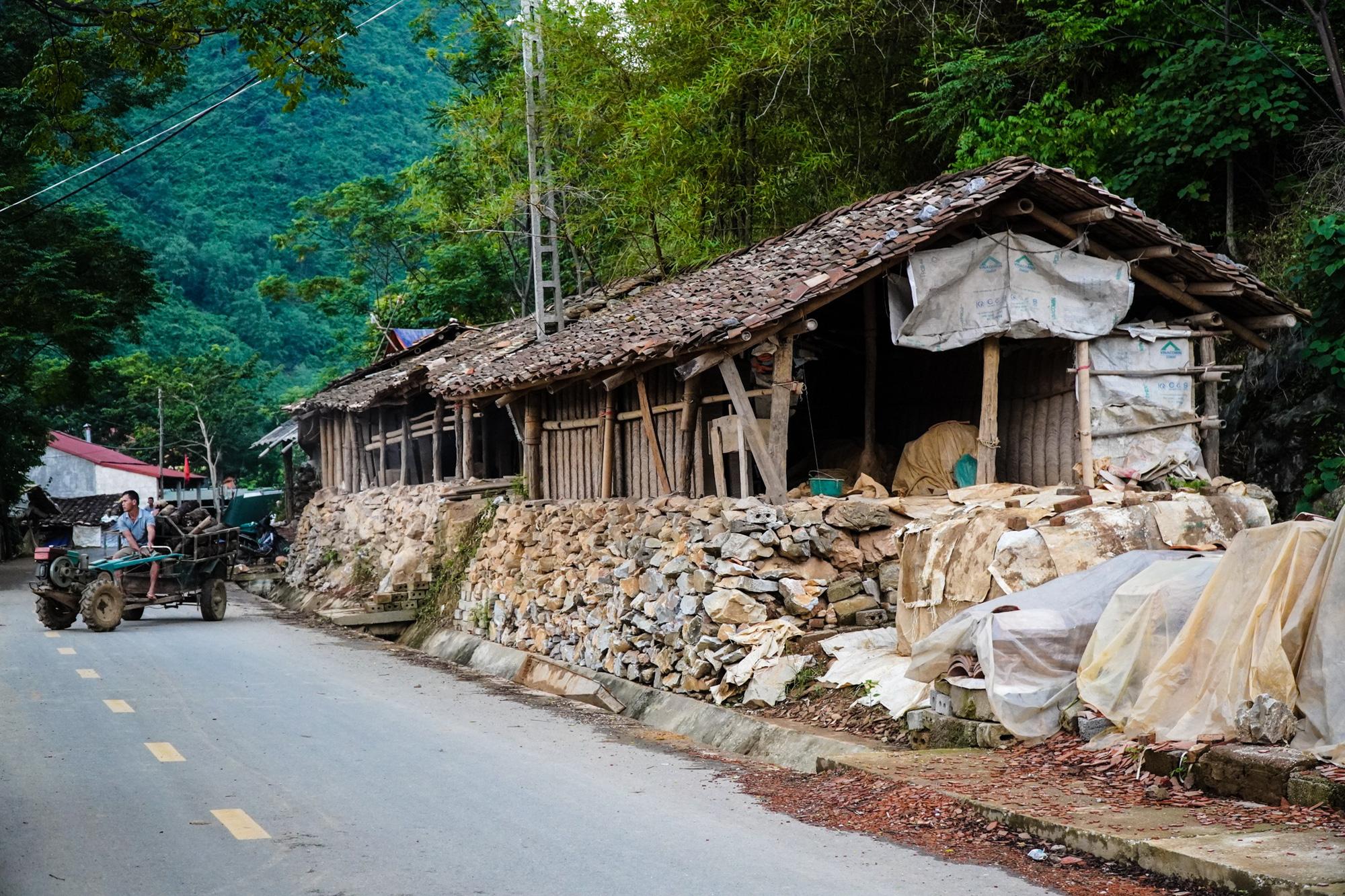 Ngôi làng cuối cùng giữ nghề làm ngói lưu ly ở miền biên viễn Lạng Sơn - Ảnh 1.