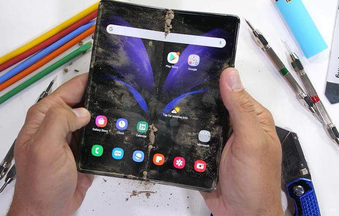 Thổi bụi vào bản lề để kiểm tra độ bền của Samsung Galaxy Z Fold 2 - Ảnh 1.