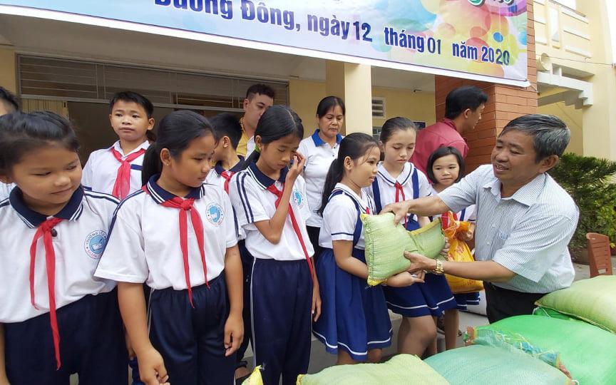Lạng Sơn: Phân bổ hơn 2.753 tấn gạo hỗ trợ cho học sinh khó khăn  - Ảnh 1.