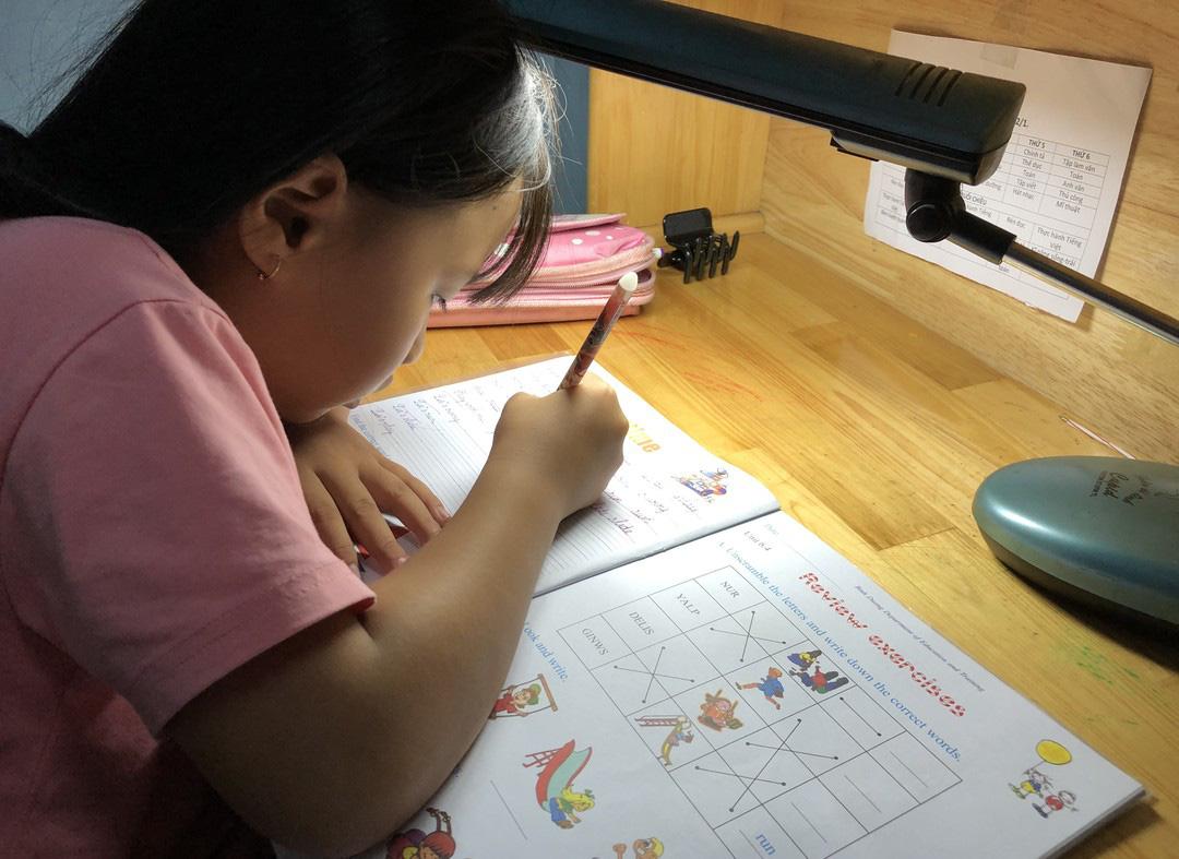 Bộ GD-ĐT yêu cầu không gây quá tải với học sinh lớp 1 - Ảnh 1.