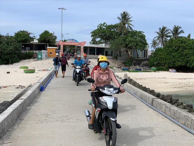 Vợ ngư phủ chạy xe ôm trên đảo Lý Sơn - Ảnh 2.