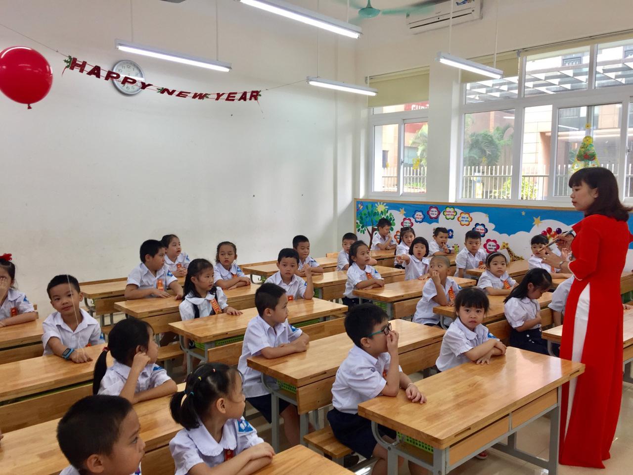 Bộ trưởng GDĐT yêu cầu Hội đồng thẩm định rà soát SGK Tiếng Việt lớp 1 - Ảnh 1.