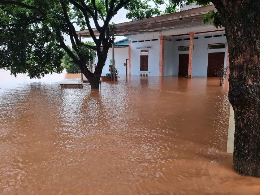 Lào Cai: Mưa lũ làm một cháu bé tử vong, nhiều nơi sạt lở đất, ngập lụt sâu trong nước - Ảnh 2.