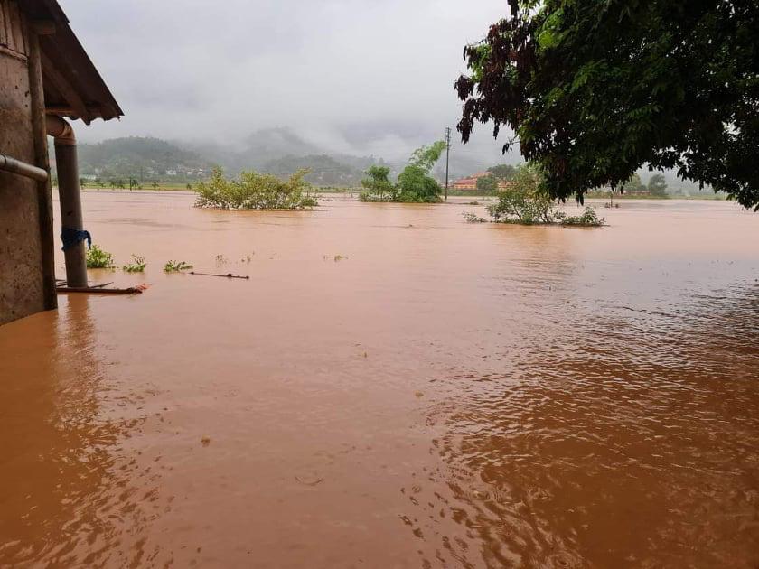 Lào Cai: Mưa lũ làm một cháu bé tử vong, nhiều nơi sạt lở đất, ngập lụt sâu trong nước - Ảnh 1.