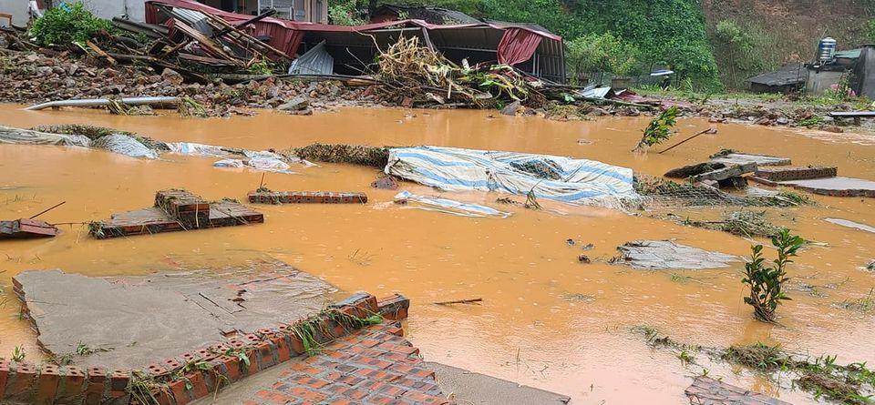 Lào Cai: Mưa lũ làm một cháu bé tử vong, nhiều nơi sạt lở đất, ngập lụt sâu trong nước - Ảnh 4.
