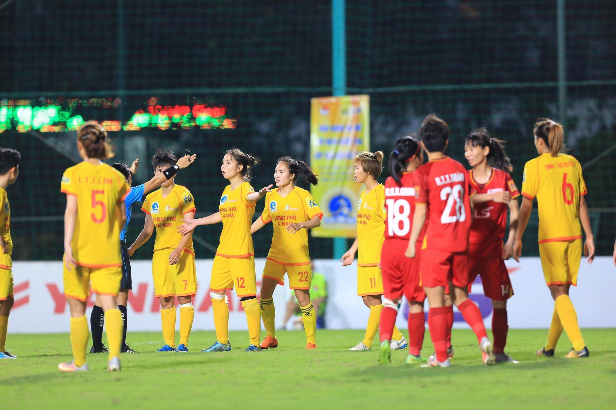 """Đội trưởng PP.Hà Nam Trần Thị Hồng Nhung (số  12) bị """"treo giò"""" đến hết lượt đi vì phản ứng quyết định của trọng tài. Ảnh: Hải Đăng"""