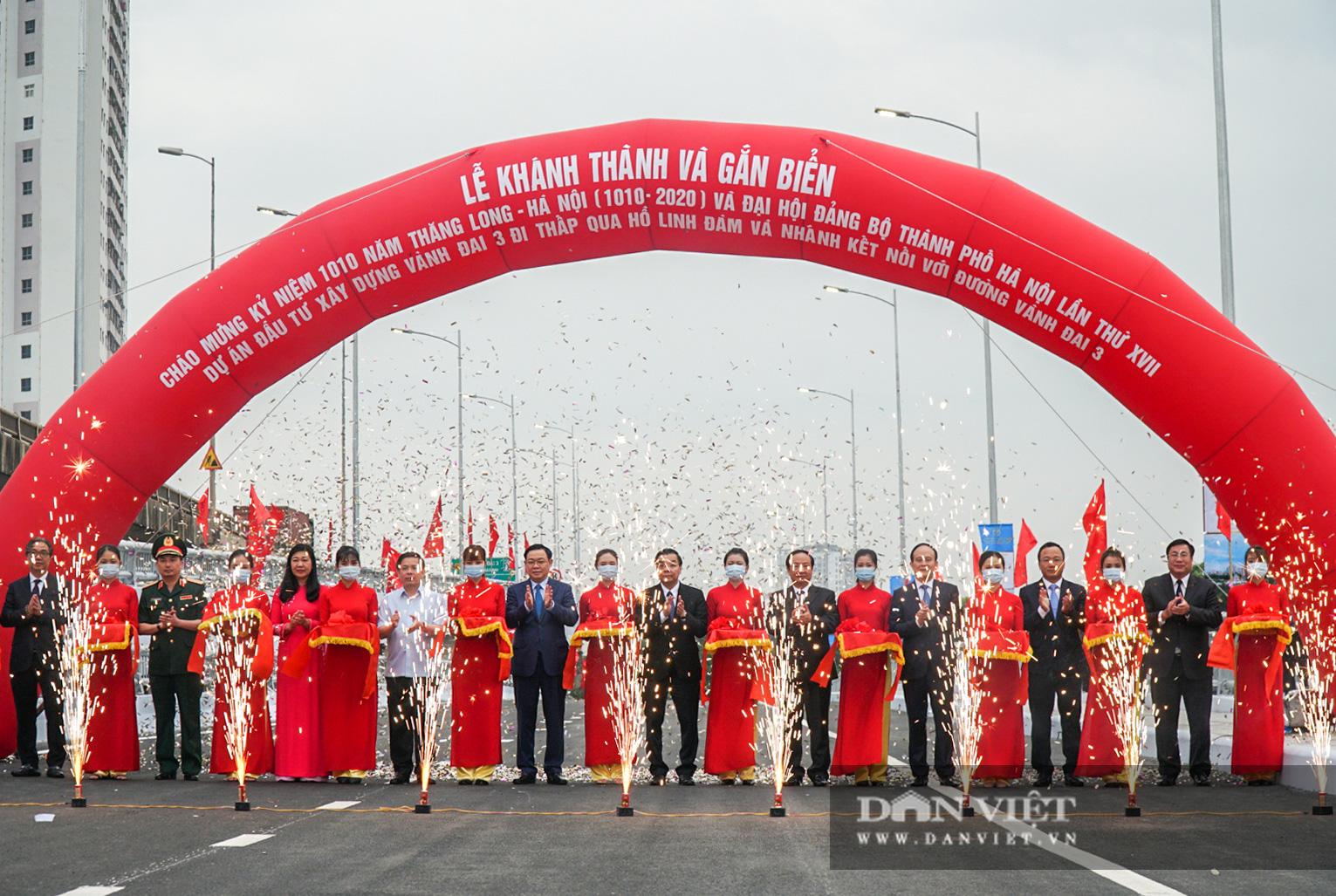 Tân chủ tịch Hà Nội cùng bộ trưởng Nguyễn Văn Thể dự lễ thông xe qua hồ Linh Đàm - Ảnh 1.