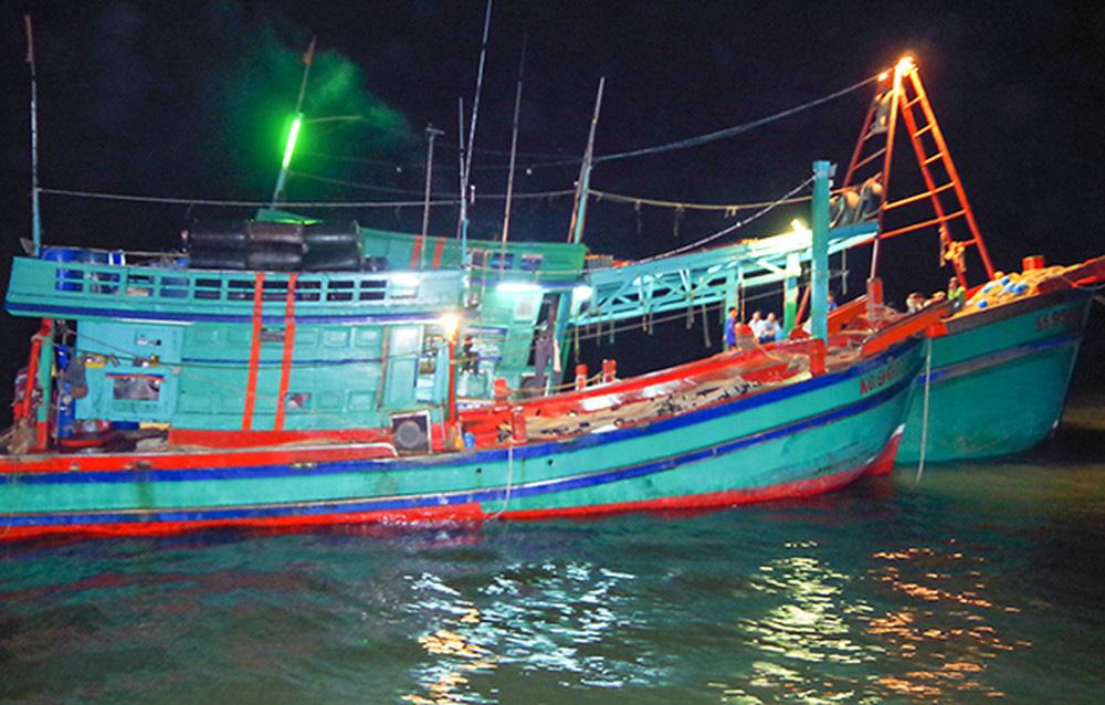 Bình Định: 13 ngư dân bị chìm tàu, dùng thúng thả trôi trên biển suốt đêm được cứu sống  - Ảnh 1.