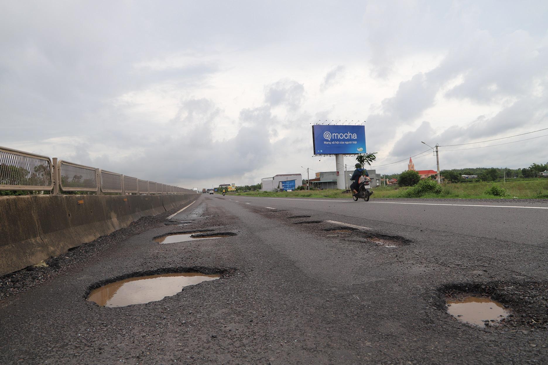 """Quốc lộ 1 ở Bình Định, từng bị gọi là đoạn đường """"xấu nhất Việt Nam""""… xuất hiện """"ổ voi, ổ gà""""  - Ảnh 10."""