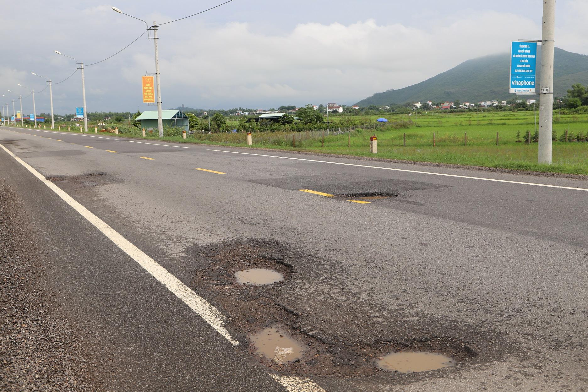 """Quốc lộ 1 ở Bình Định, từng bị gọi là đoạn đường """"xấu nhất Việt Nam""""… xuất hiện """"ổ voi, ổ gà""""  - Ảnh 13."""