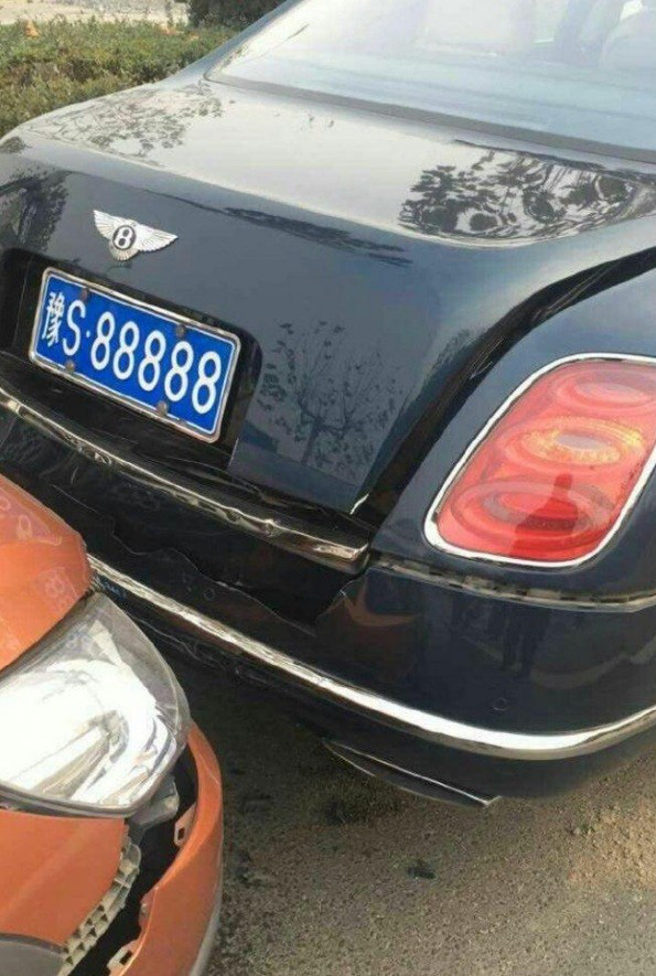 Xe cỏ đâm vỡ cản va của Bentley Mulsanne biển đẹp, người lái méo mặt với tiền đền bù - Ảnh 1.