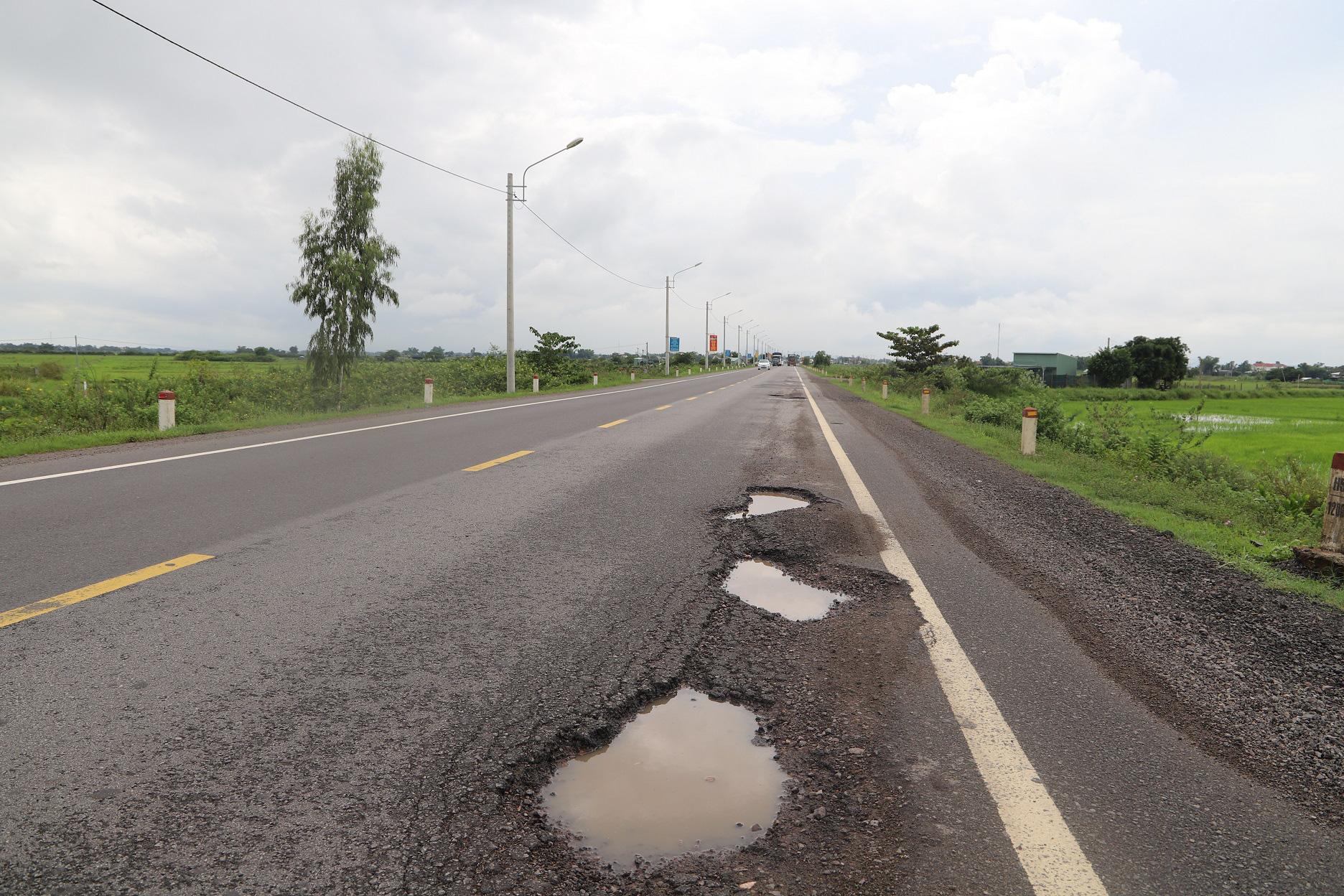 """Quốc lộ 1 ở Bình Định, từng bị gọi là đoạn đường """"xấu nhất Việt Nam""""… xuất hiện """"ổ voi, ổ gà""""  - Ảnh 8."""