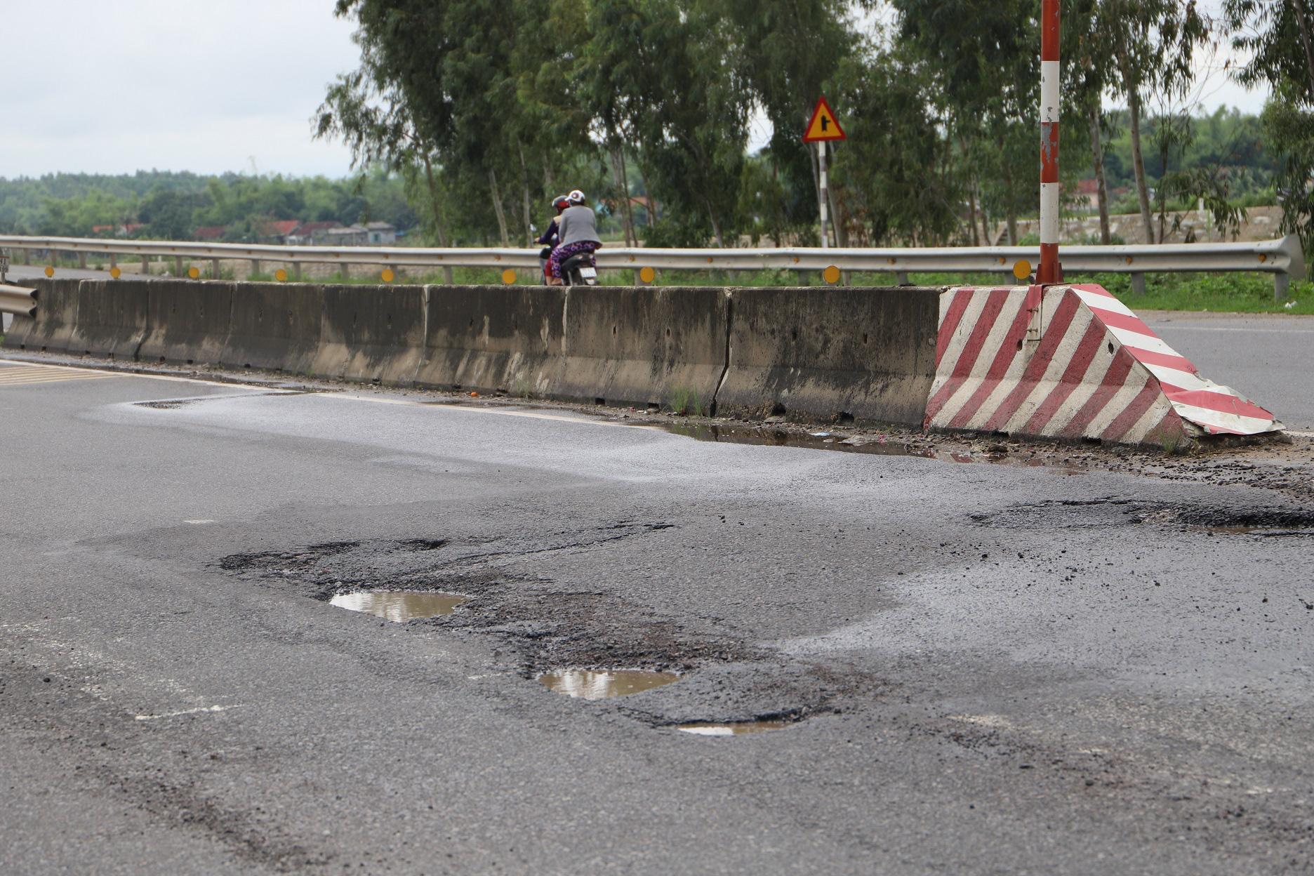 """Quốc lộ 1 ở Bình Định, từng bị gọi là đoạn đường """"xấu nhất Việt Nam""""… xuất hiện """"ổ voi, ổ gà""""  - Ảnh 9."""