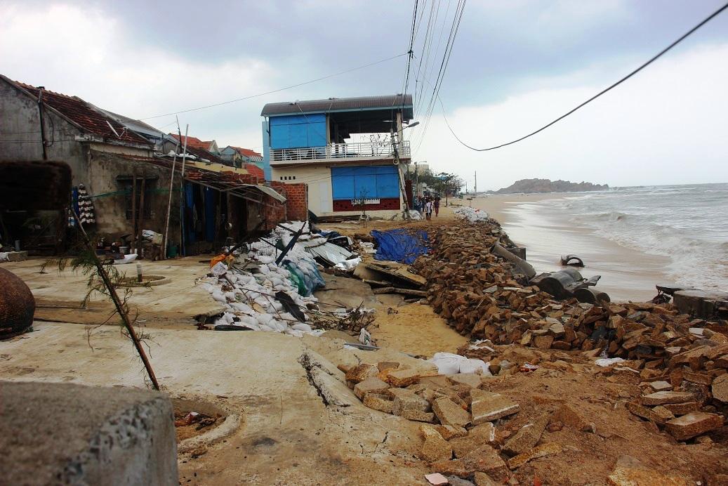 """Bình Định: """"Chạy đua""""… xây dựng kè biển 99 tỷ đồng bảo vệ cả làng chài - Ảnh 1."""