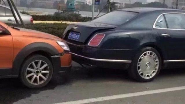 """""""Xe cỏ"""" đen đủi đâm vào Bentley, người lái """"ngất"""" khi nghe tiền đền bù - Ảnh 1."""