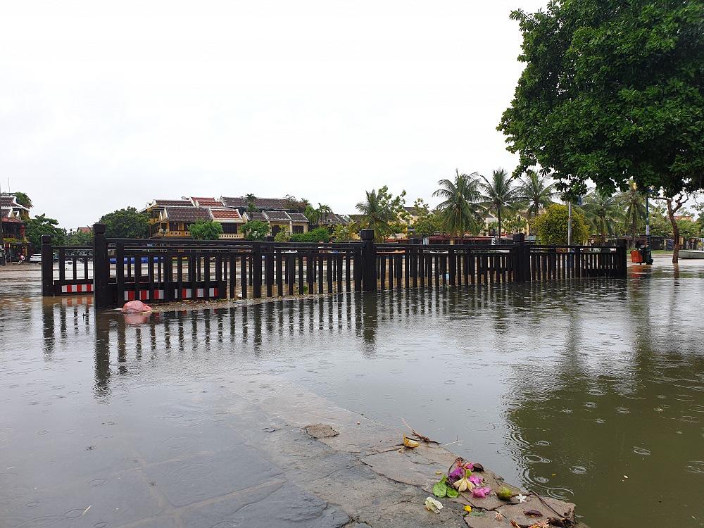 Quảng Nam: Nước sông Hoài dâng cao, đường ở phố cổ Hội An ngập hơn 50cm - Ảnh 1.