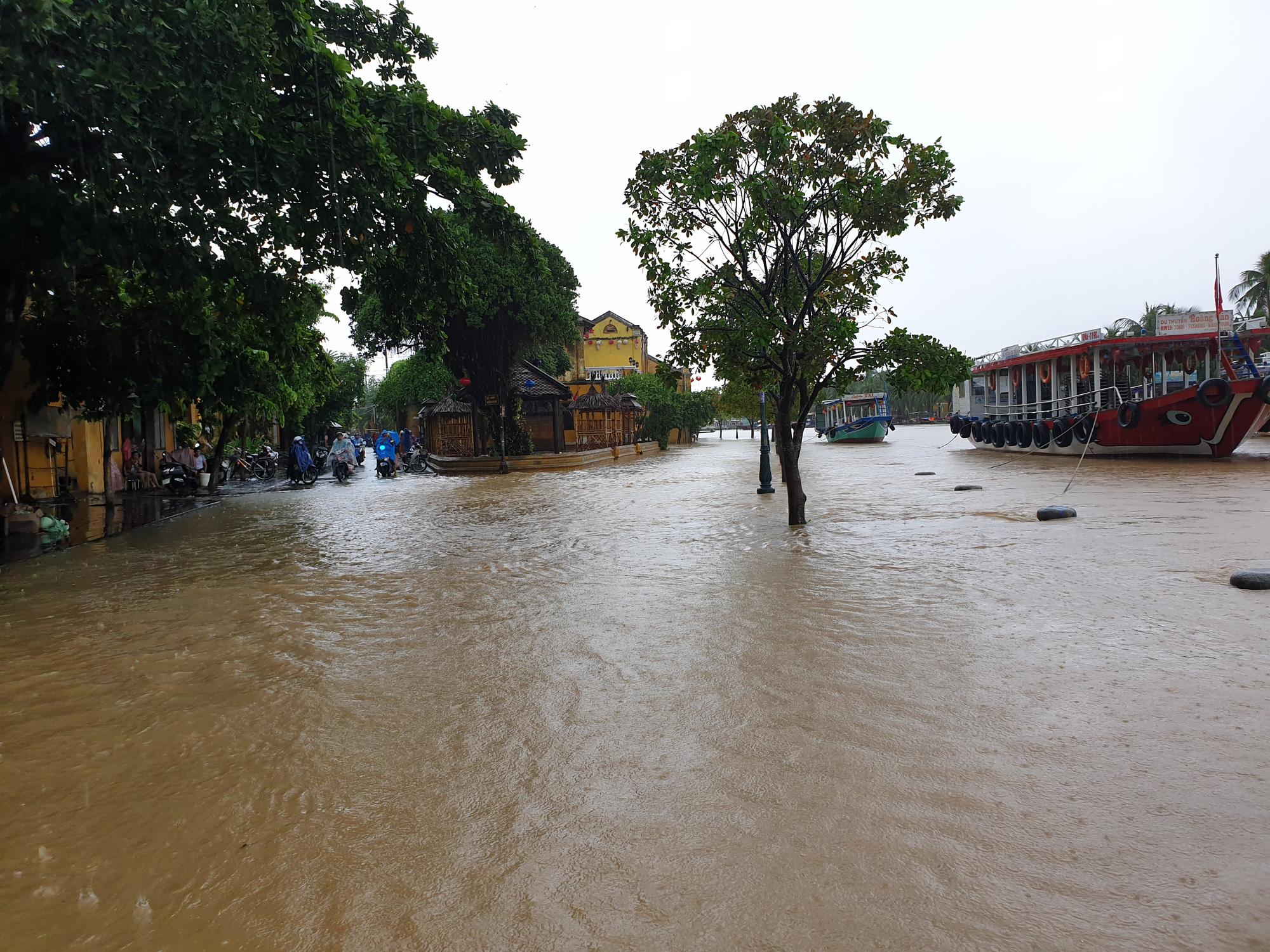 Quảng Nam: Nước sông Hoài dâng cao, đường ở phố cổ Hội An ngập hơn 50cm - Ảnh 2.