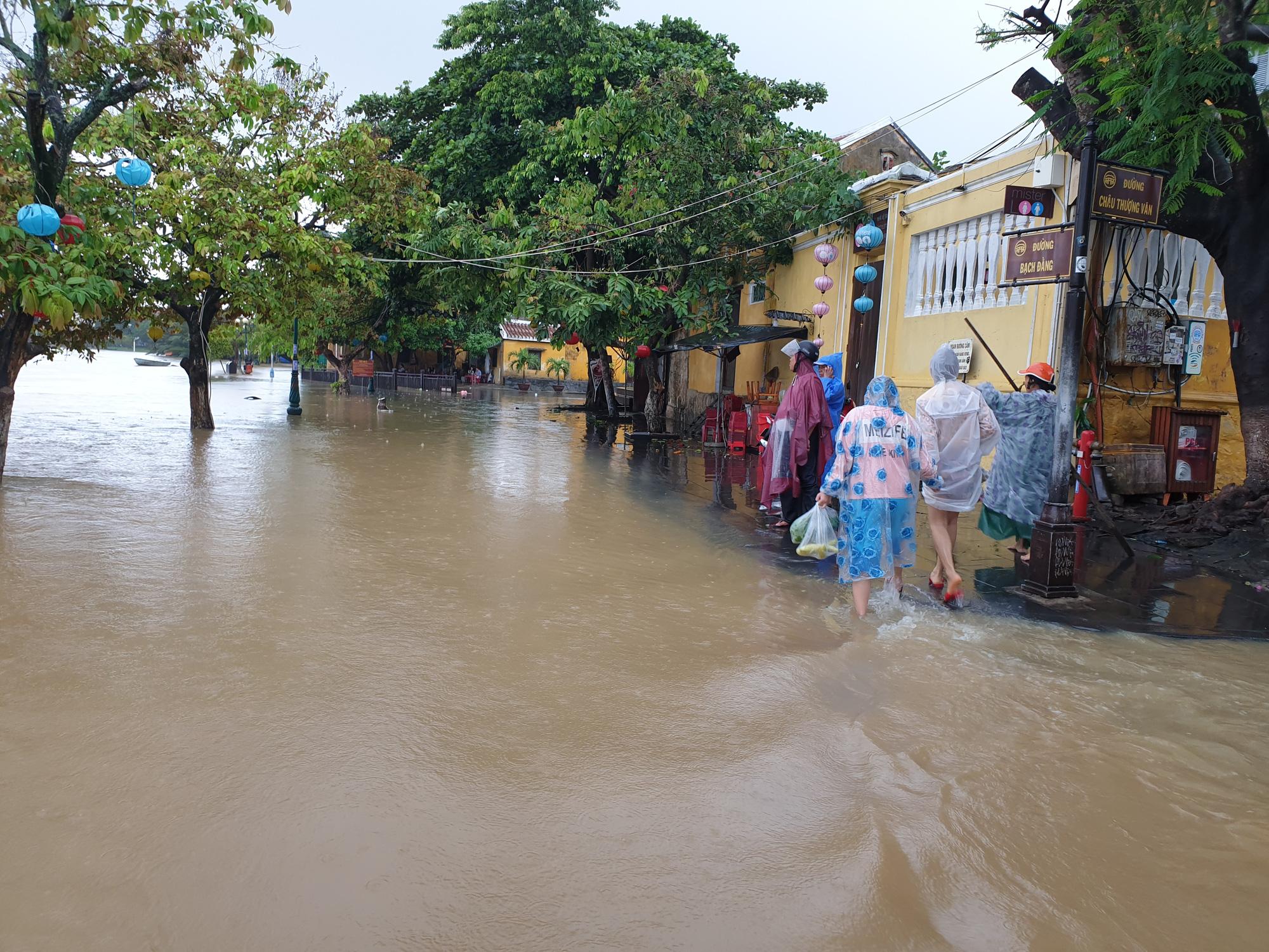 Quảng Nam: Nước sông Hoài dâng cao, đường ở phố cổ Hội An ngập hơn 50cm - Ảnh 3.