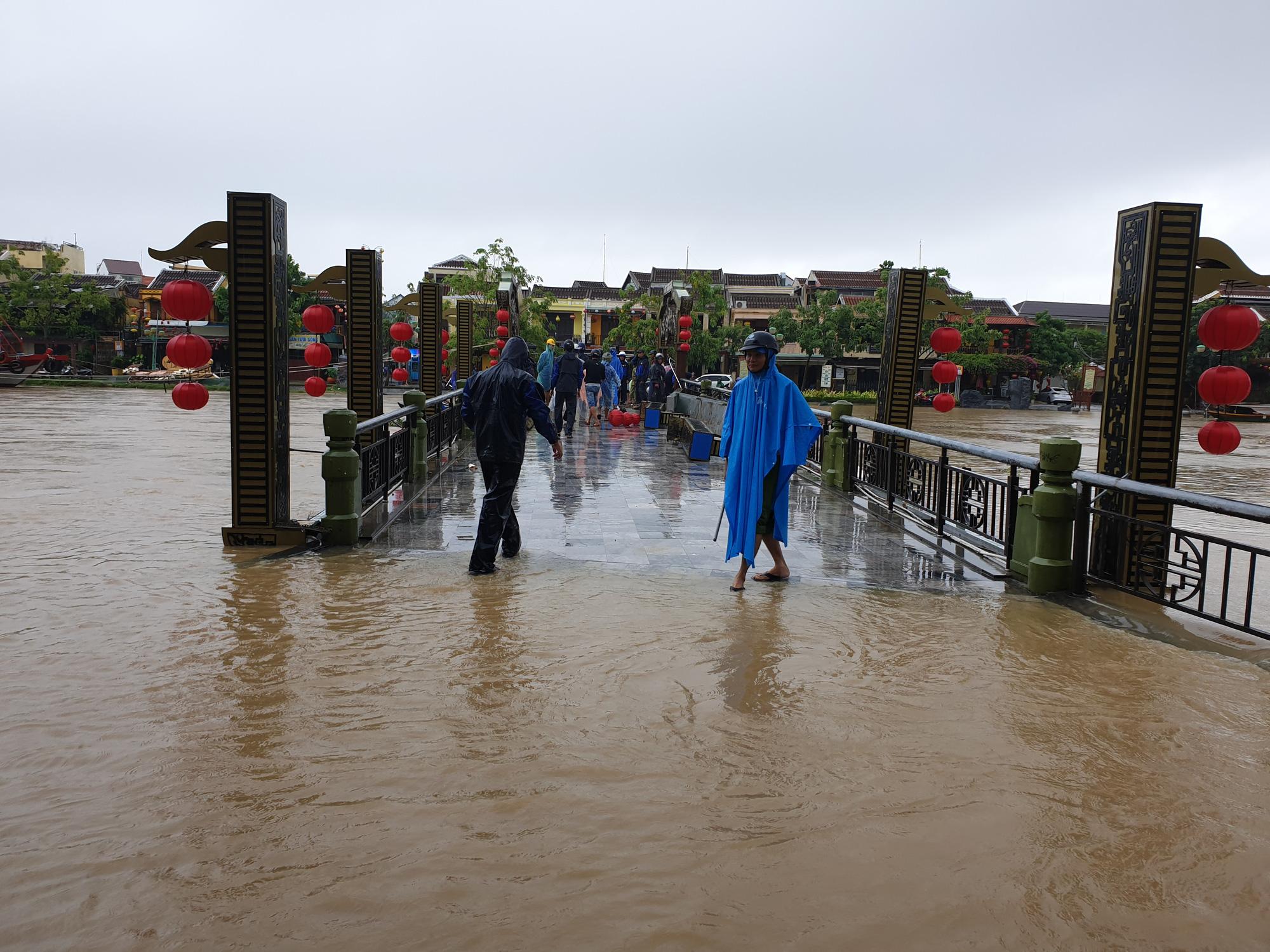 Quảng Nam: Nước sông Hoài dâng cao, đường ở phố cổ Hội An ngập hơn 50cm - Ảnh 4.
