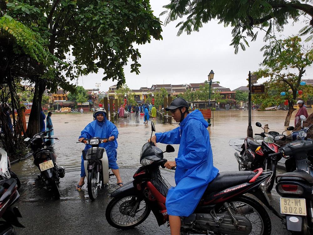 Quảng Nam: Nước sông Hoài dâng cao, đường ở phố cổ Hội An ngập hơn 50cm - Ảnh 5.