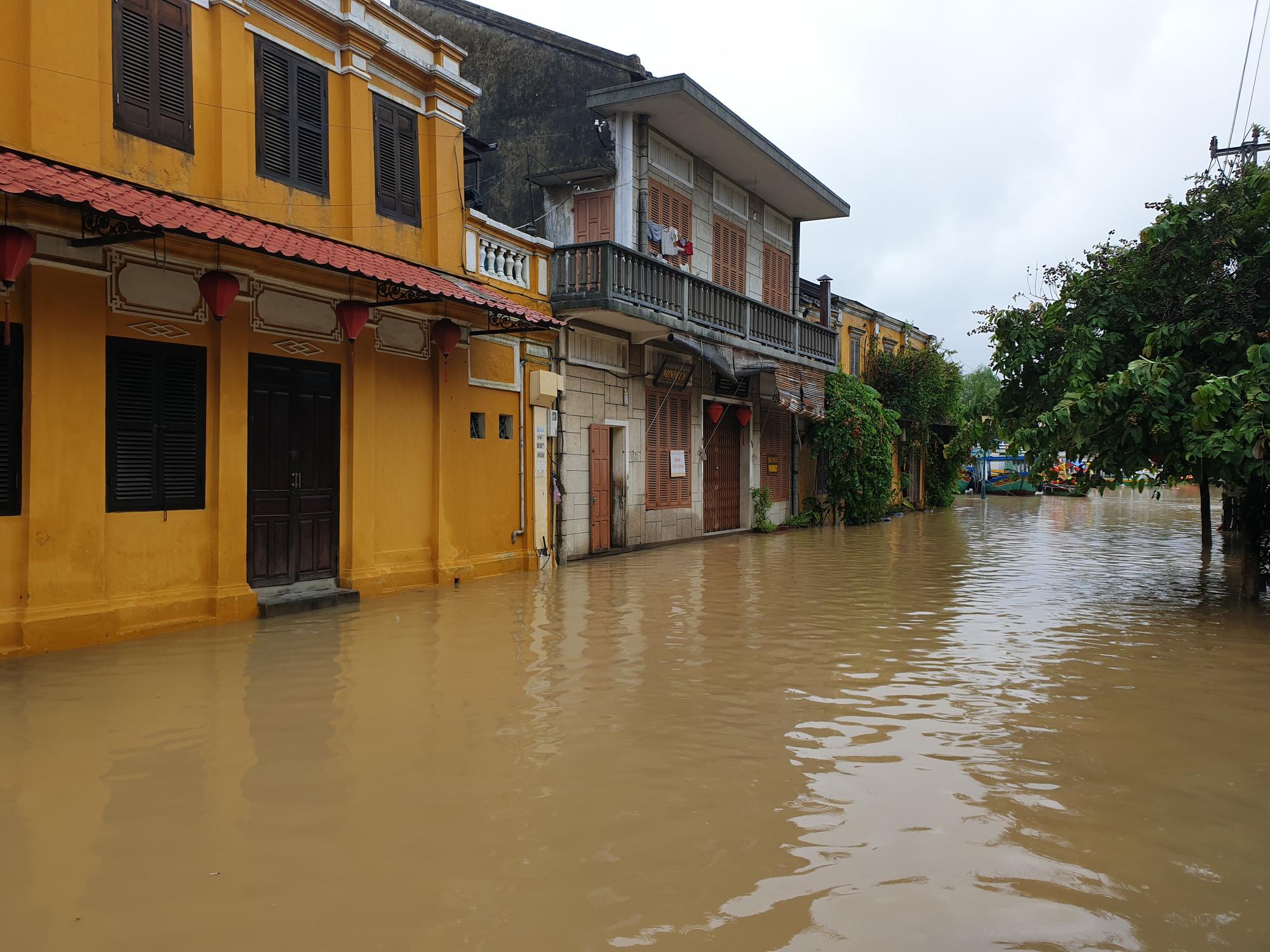 Quảng Nam: Nước sông Hoài dâng cao, đường ở phố cổ Hội An ngập hơn 50cm - Ảnh 6.