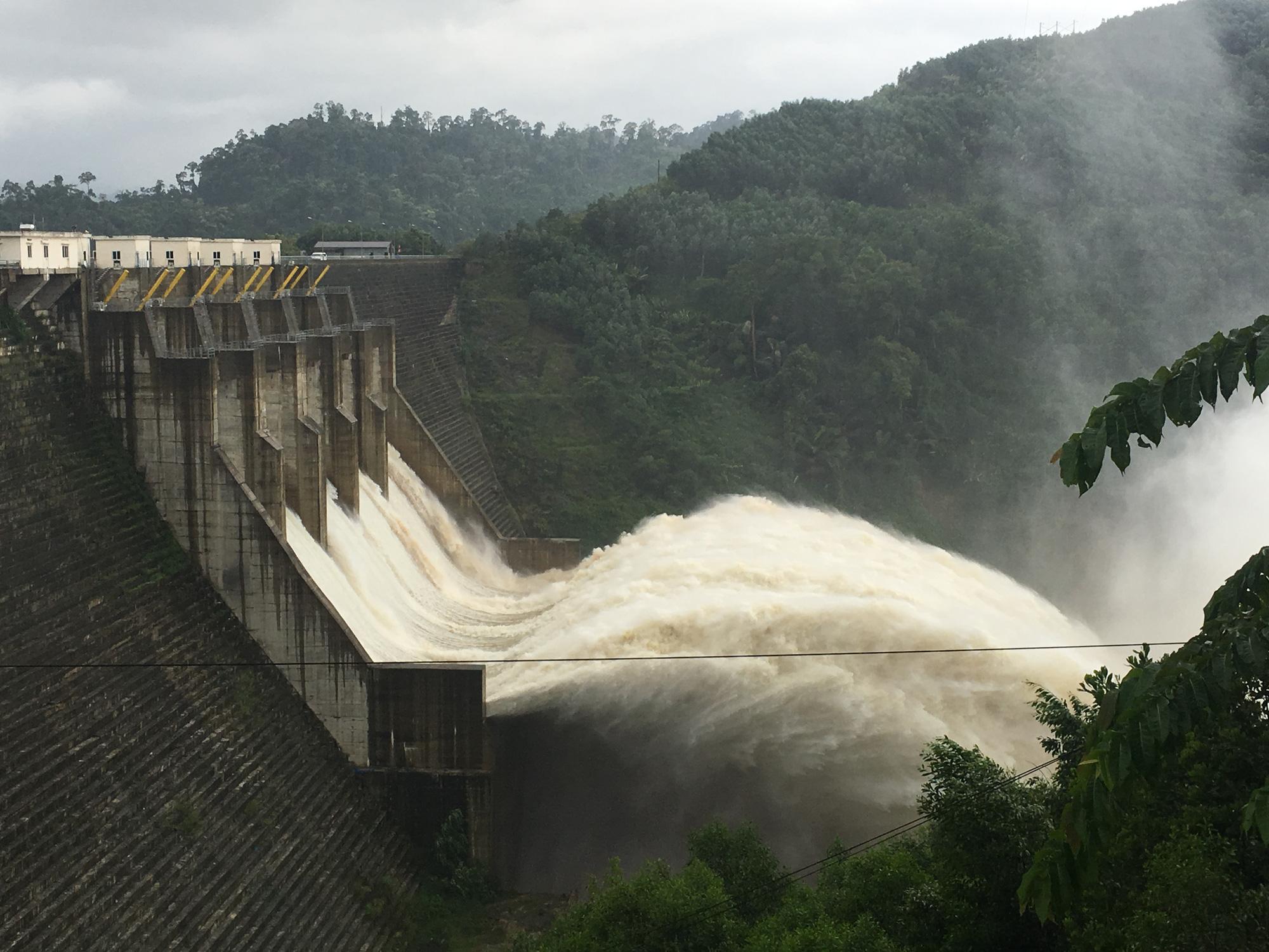 Quảng Nam: Yêu cầu các thủy điện hạ mực nước hồ để đón lũ - Ảnh 2.