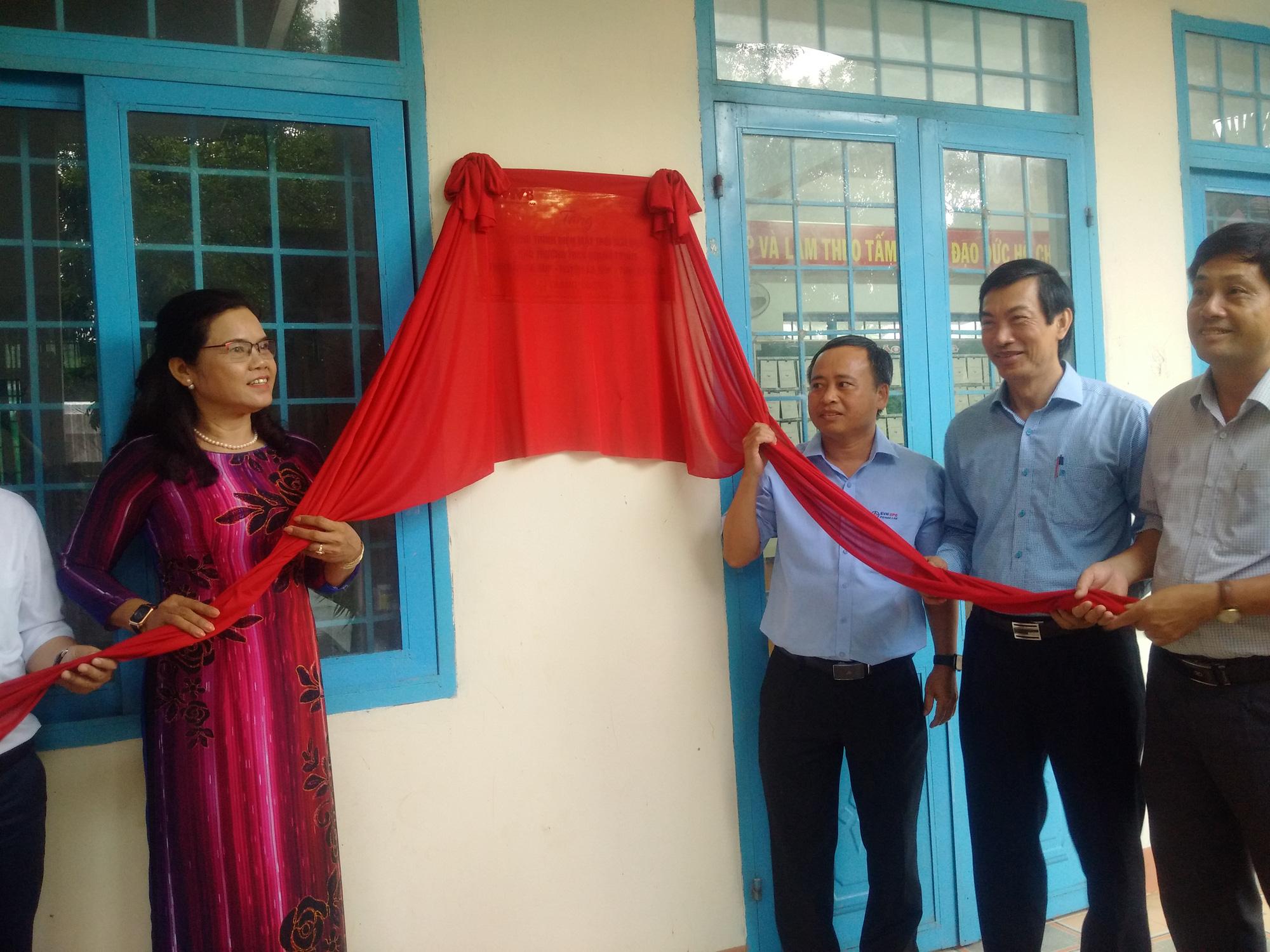 Tổng Công ty Điện lực miền Trung bàn giao hệ thống điện mặt trời mái nhà cho trường học tại Đắk Lắk - Ảnh 1.