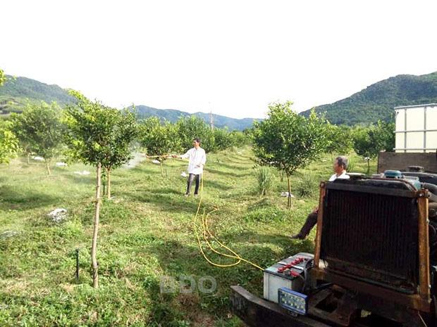 """Một nông dân tỉnh Bình Định sáng chế ra xe phun thuốc sâu trồng rất là ngầu, """"nhoáng cái"""" đã chạy xong 10ha - Ảnh 1."""