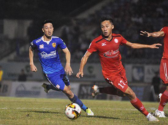 """""""Chiến binh"""" Nguyễn Huy Hùng (trái) đã không thể cùng Quảng Nam trụ hạng V.League 2020."""