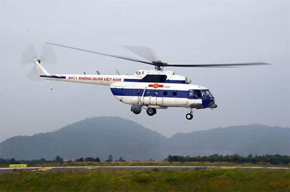 Trực thăng Mi17 thả 2 tấn lương thực cứu hàng ngàn người dân Phước Sơn đang bị cô lập - Ảnh 1.