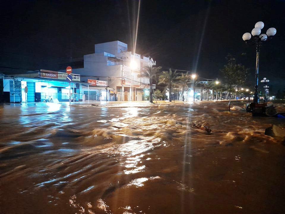 """Bình Định: Lũ về bất ngờ tràn vào nhà dân lúc nửa đêm, đường phố """"biến"""" thành sông - Ảnh 1."""