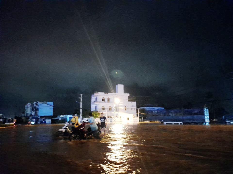 """Bình Định: Lũ về bất ngờ tràn vào nhà dân lúc nửa đêm, đường phố """"biến"""" thành sông - Ảnh 2."""