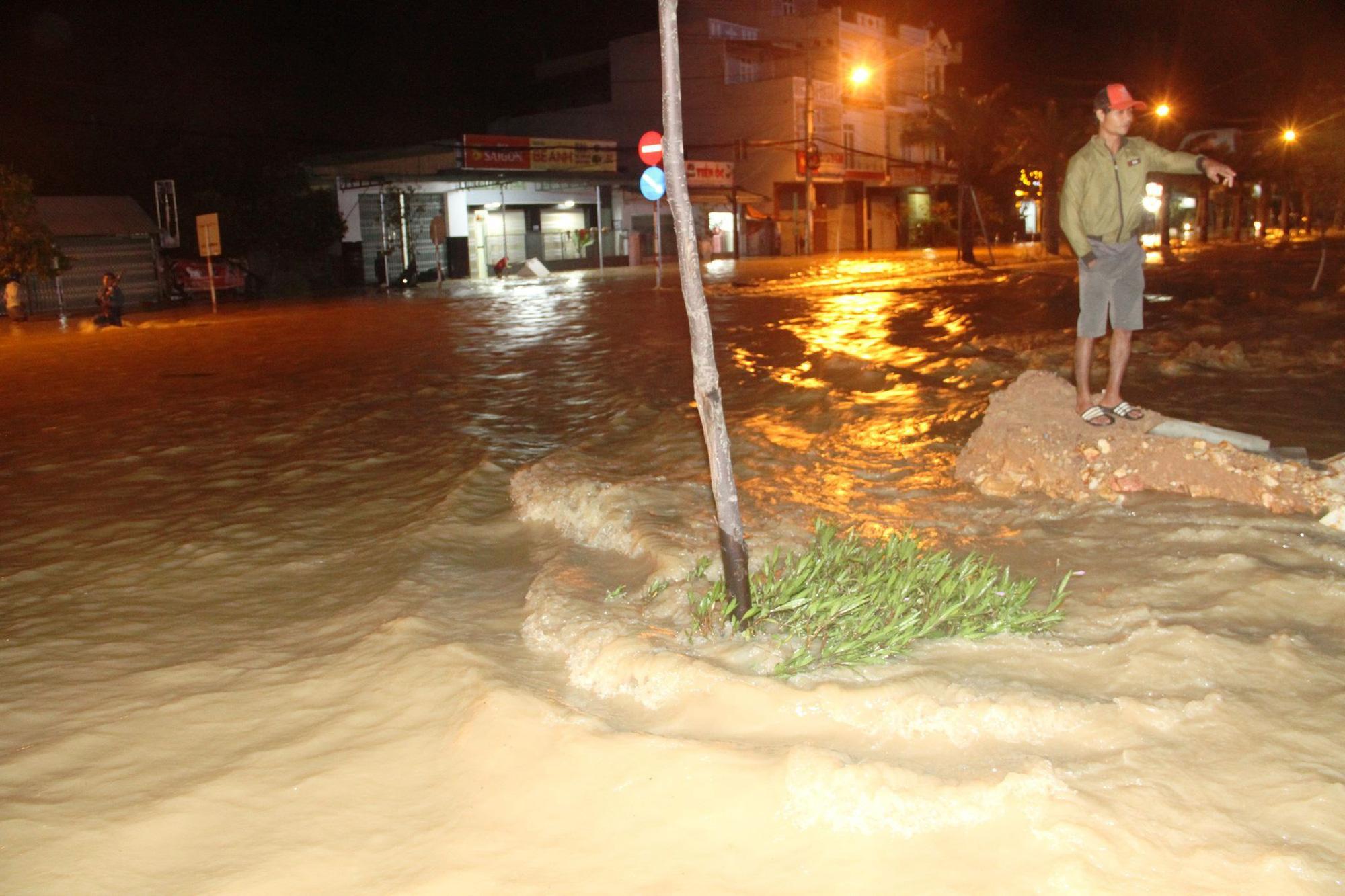 """Bình Định: Lũ về bất ngờ tràn vào nhà dân lúc nửa đêm, đường phố """"biến"""" thành sông - Ảnh 3."""