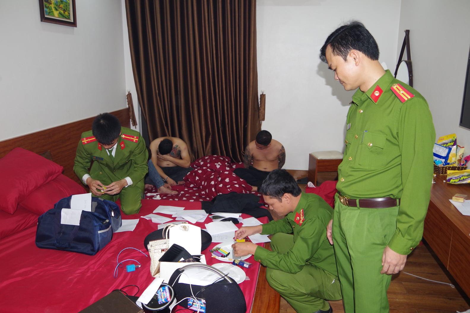 Hà Nam: Bắt 39 đối tượng 'thác loạn' bằng ma túy, mua bán dâm trong khách sạn - Ảnh 1.