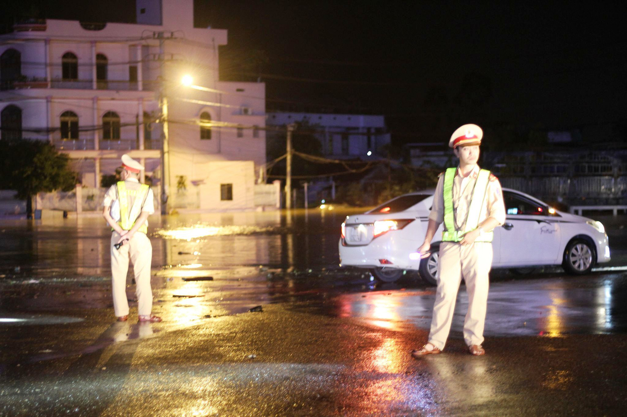 """Bình Định: Lũ về bất ngờ tràn vào nhà dân lúc nửa đêm, đường phố """"biến"""" thành sông - Ảnh 9."""