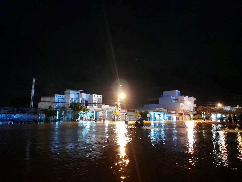 """Bình Định: Lũ về bất ngờ tràn vào nhà dân lúc nửa đêm, đường phố """"biến"""" thành sông - Ảnh 4."""