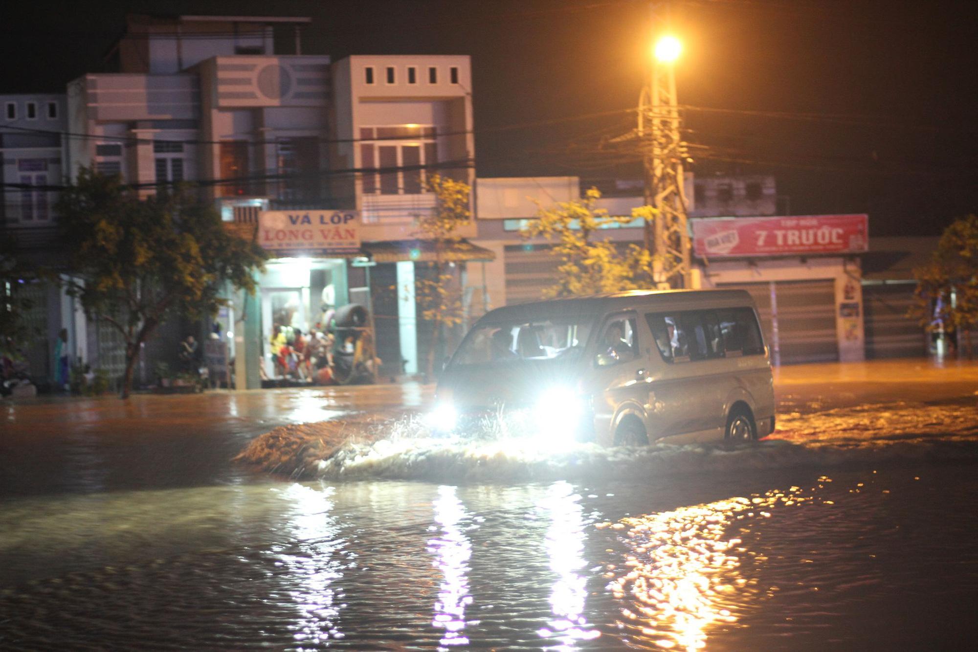 """Bình Định: Lũ về bất ngờ tràn vào nhà dân lúc nửa đêm, đường phố """"biến"""" thành sông - Ảnh 8."""