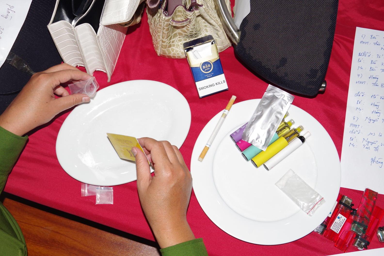 Hà Nam: Bắt 39 đối tượng 'thác loạn' bằng ma túy, mua bán dâm trong khách sạn - Ảnh 2.