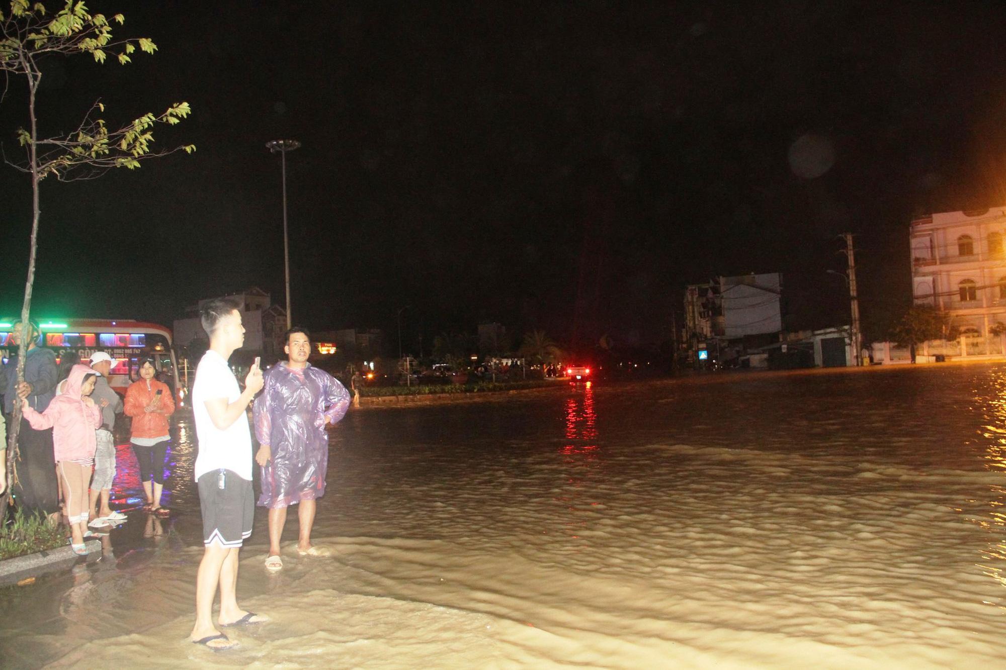 """Bình Định: Lũ về bất ngờ tràn vào nhà dân lúc nửa đêm, đường phố """"biến"""" thành sông - Ảnh 7."""
