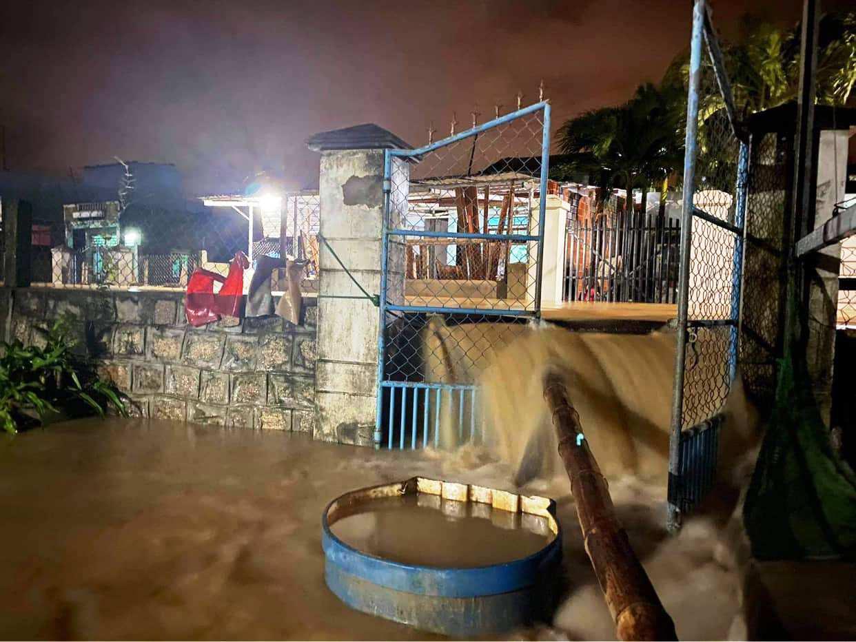 """Bình Định: Lũ về bất ngờ tràn vào nhà dân lúc nửa đêm, đường phố """"biến"""" thành sông - Ảnh 6."""