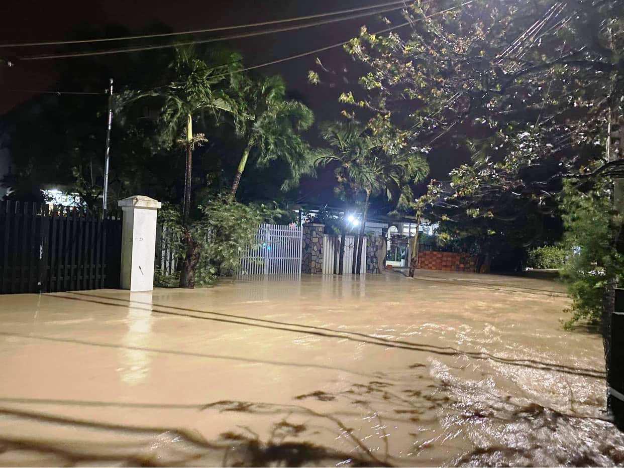"""Bình Định: Lũ về bất ngờ tràn vào nhà dân lúc nửa đêm, đường phố """"biến"""" thành sông - Ảnh 5."""