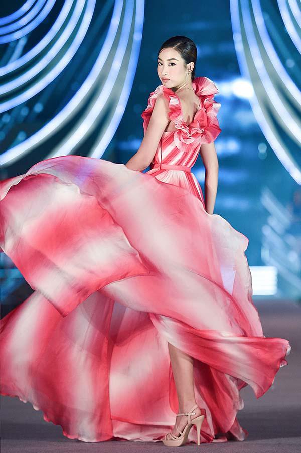 Hoa hậu Mỹ Linh vừa làm giám khảo, vừa catwalk cực đỉnh trong đêm thi Người đẹp thời trang  - Ảnh 3.