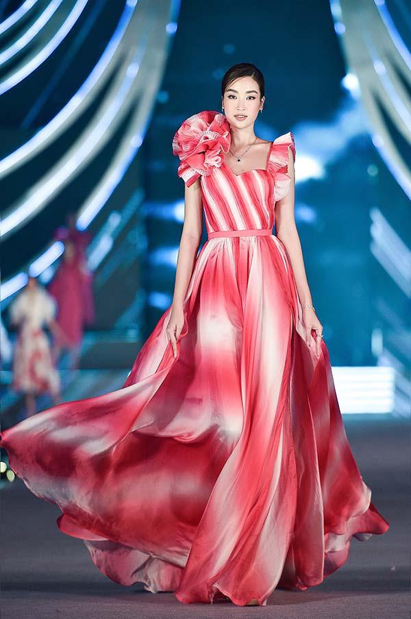 Hoa hậu Mỹ Linh vừa làm giám khảo, vừa catwalk cực đỉnh trong đêm thi Người đẹp thời trang  - Ảnh 2.