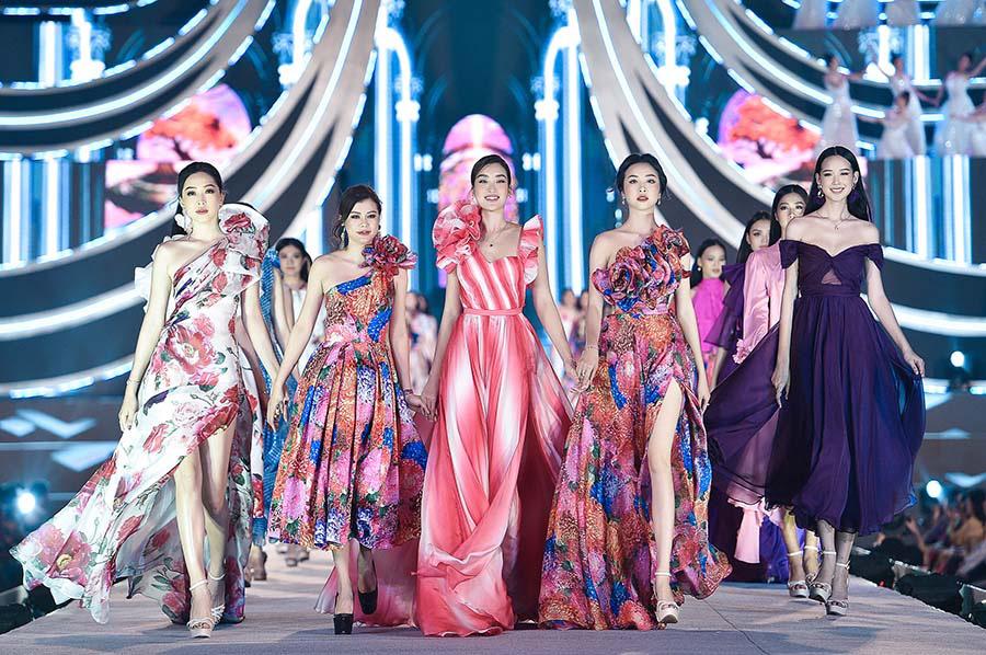 Hoa hậu Mỹ Linh vừa làm giám khảo, vừa catwalk cực đỉnh trong đêm thi Người đẹp thời trang  - Ảnh 1.