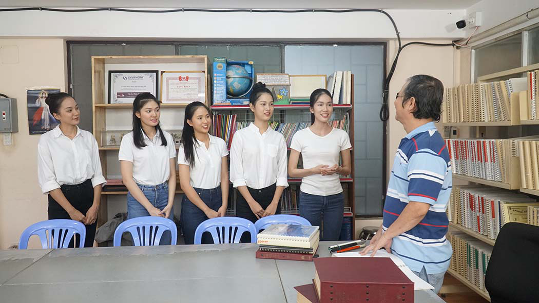 Thí sinh Hoa hậu Việt Nam cảm phục thầy giáo khiếm thị giàu nghị lực  - Ảnh 1.