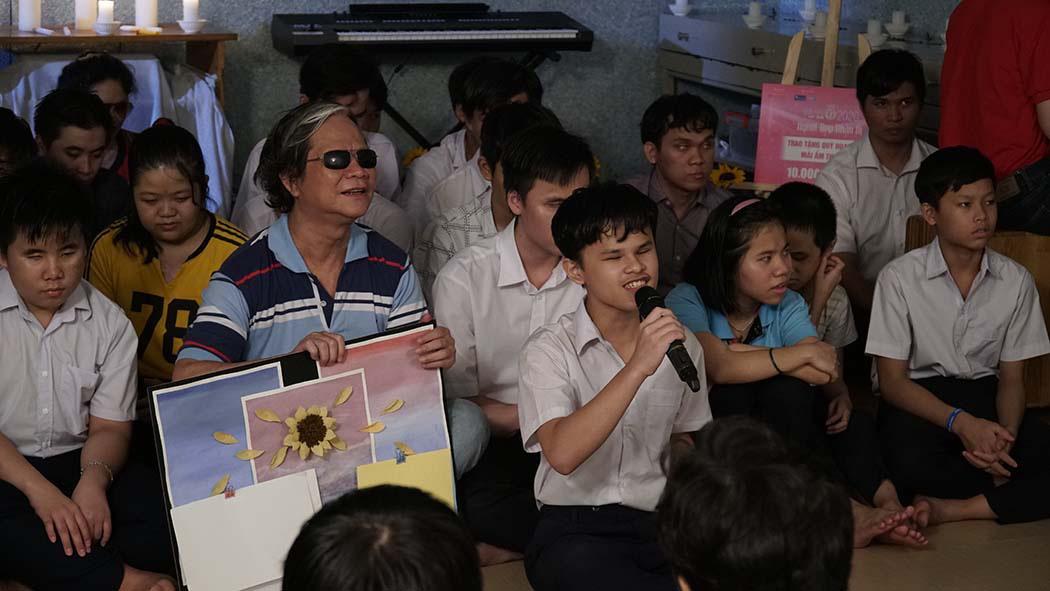 Thí sinh Hoa hậu Việt Nam cảm phục thầy giáo khiếm thị giàu nghị lực  - Ảnh 4.