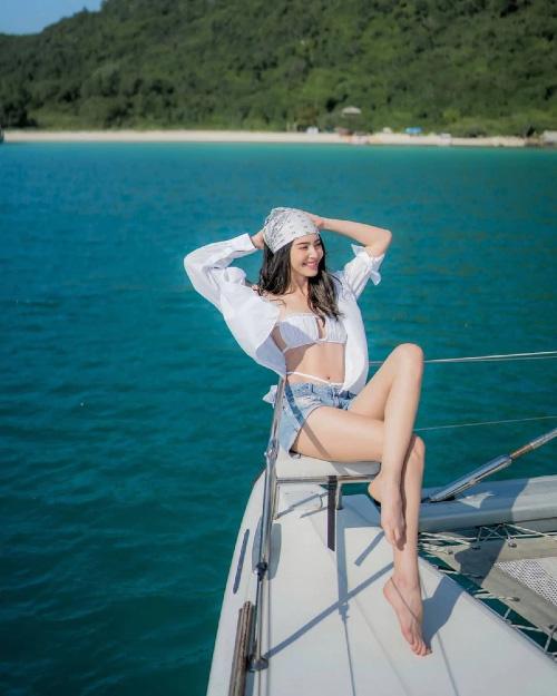 """""""Ma nữ đẹp nhất Thái Lan"""" gây """"sốt"""" vì ngoài đời mặc nội y quyến rũ hút trên du thuyền - Ảnh 3."""