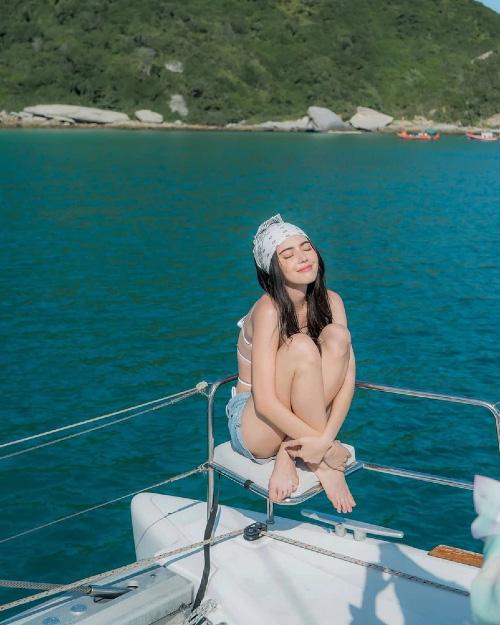 """""""Ma nữ đẹp nhất Thái Lan"""" gây """"sốt"""" vì ngoài đời mặc nội y quyến rũ hút trên du thuyền - Ảnh 2."""