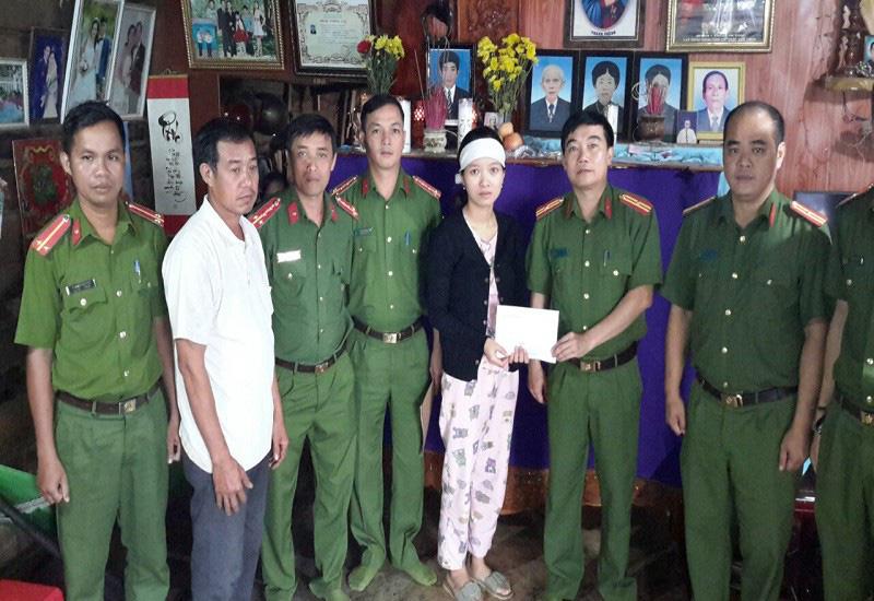 Vợ nạn nhân vụ Thủy điện Rào Trăng 3 nhận lại tiền bị lừa - Ảnh 1.