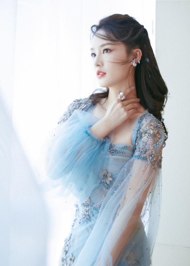 """4 mỹ nhân cổ trang Trung Quốc đời thường: Lý Thấm đẹp tựa nữ thần, Đàm Tùng Vận """"hack tuổi"""" như gái 18 - Ảnh 1."""